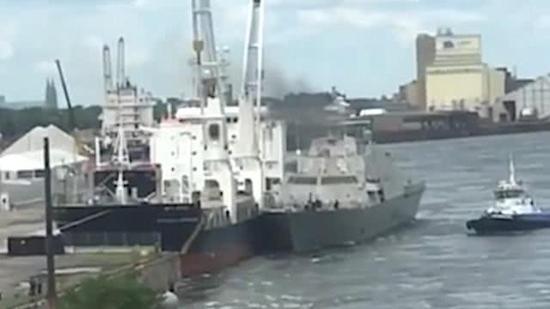 美军又出事:新军舰还没服役就失去控制撞上货轮(图)