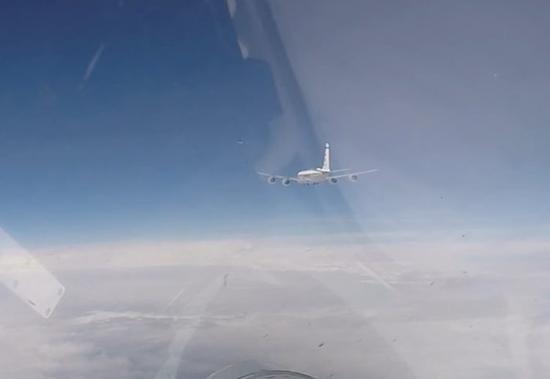 俄罗斯战机波罗的海上空紧急拦截美侦察机。(图源:网络军事杂志Defence Blog)