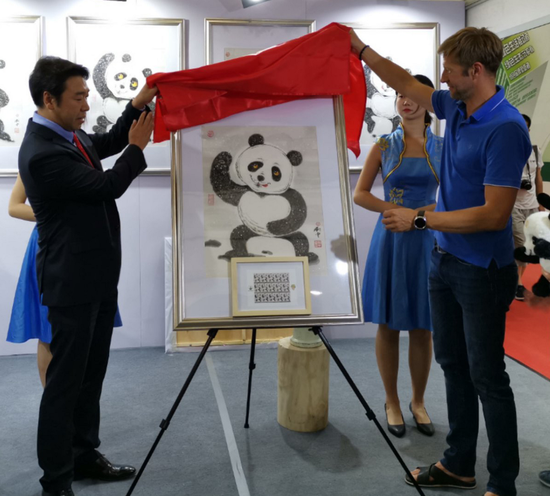 """""""太极熊猫""""邮票在武汉世界邮展首日首发"""