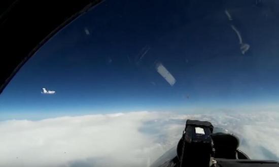 俄罗斯战机波罗的海上空紧急拦截美侦察机。(图源:《莫斯科时报》)