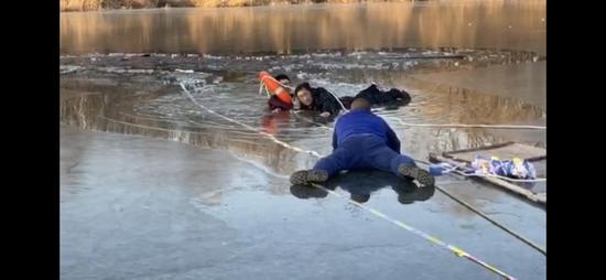 男子落水路人跳入冰窟施救后离开 消防员向其致敬