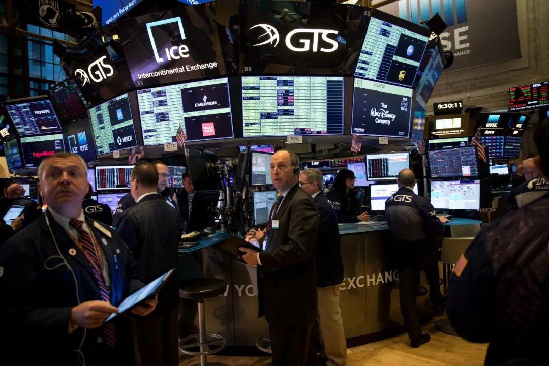 纽约股市3月16日开盘暴跌,年内第3次触发熔断机制,交易员在工作。图源新华社
