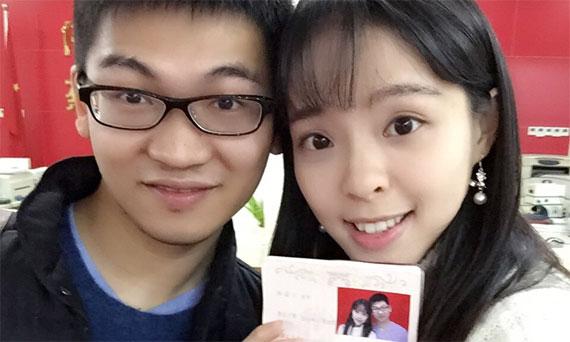 结婚证已领!会长和板娘微博晒证件照片