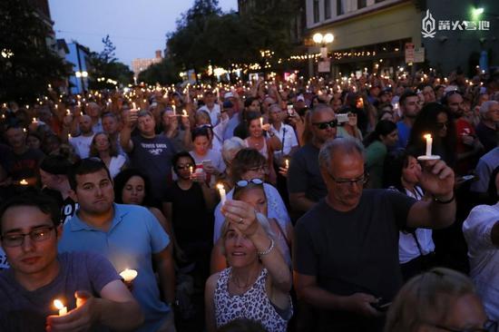 民众走向街头,为遇难者祈祷
