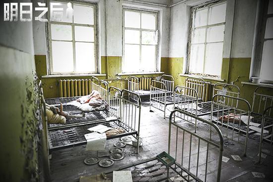 荒废的医院,只有铁架床默默记述着那场大灾难