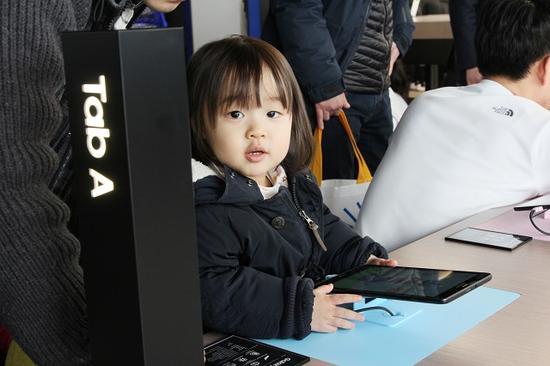 ▲三星今年也展示过通过家长监控功能来防堵儿童沉迷平板。