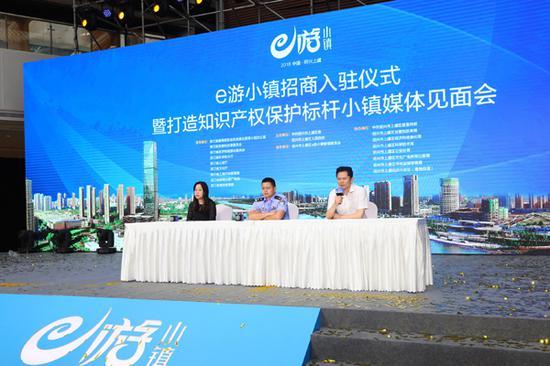 盛大游戏副总裁陈玉林(右一)接受媒体采访