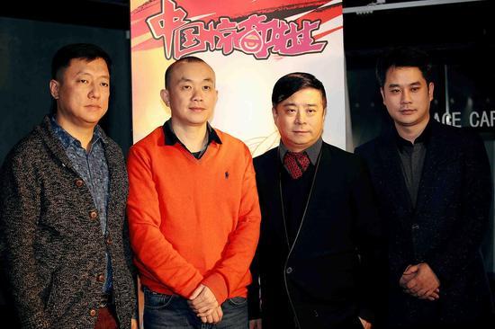(右起:火谷网络CEO马金辉、董事长张勇、腾讯动漫总经理邹正宇、原作者权迎升合影)