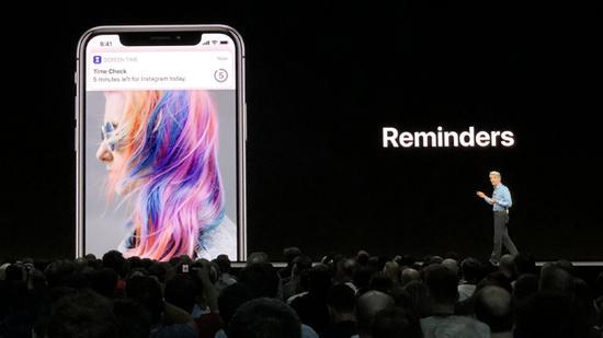 ▲如果自己的手机使用时间过长,iOS 12系统会跳出这样的友善通知。