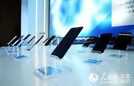 精卓光显制造的3D玻璃前盖 陶涛摄