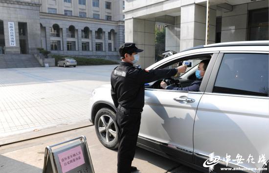 对进入机关车辆和人员进行检查。
