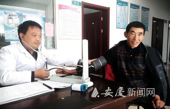 望江县鸦滩镇马楼村卫生室村医为贫困户进行健康体检 全媒体记者 汪秀兵 摄