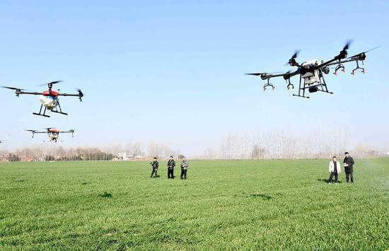 植保人员操作无人机进行管护作业。刘勤利 摄