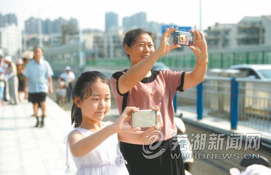 市民拍照留念大江晚报记者许诚摄