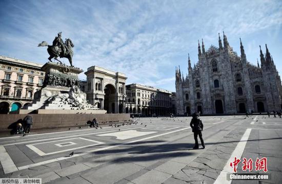 资料图:当地时间3月8日,意大利总理朱塞佩·孔特签署法令,为遏制新冠肺炎疫情蔓延,意大利全面实行隔离,伦巴第大区及其他14个省的高达1600万人受到影响。图为米兰大广场。