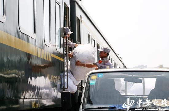 洗涤工将终到列车的床具进行初步分拣打包,运入洗涤厂进行清洁