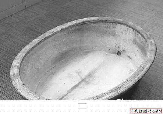 市民将家中收藏的近百年浴缸捐赠博物馆