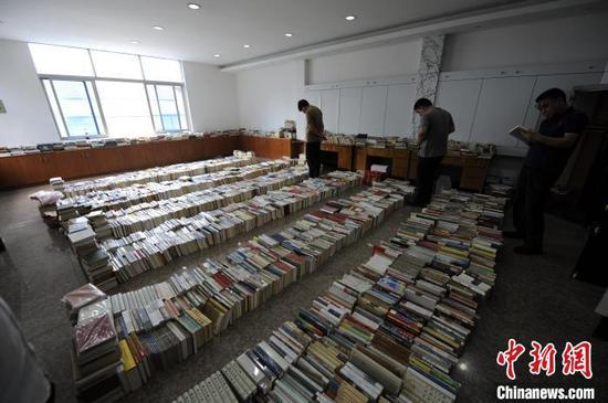 """浙江绍兴""""8·20""""拍卖销售非法出版物案中,查获的非法图书物证。供图"""