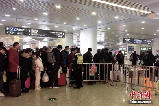 资料图:随着春运返程陆续启动,杭州东站人流增多,出入站旅客均佩戴口罩,预防新型冠状病毒感染的肺炎。中新社记者 钱晨菲 摄