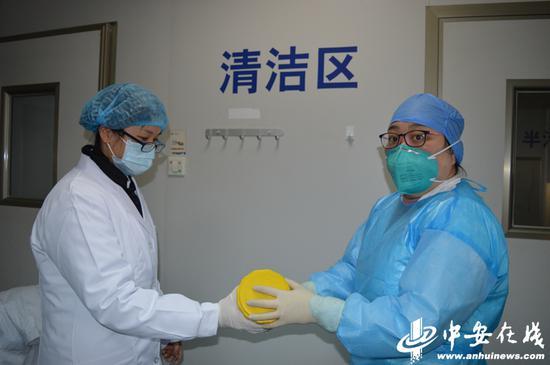 刘玮(右)在工作中