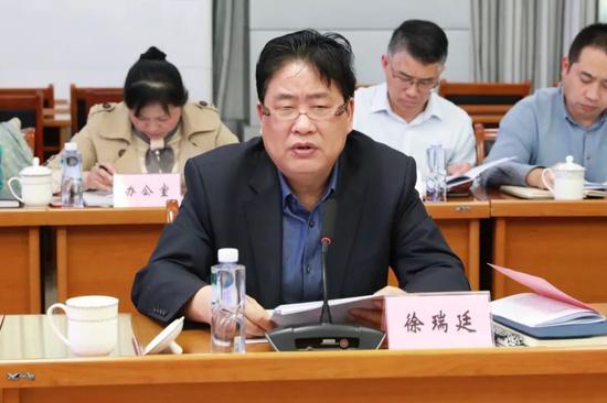 肥西经开区党工委常务副书记徐瑞廷介绍开发区经济社会发展情况