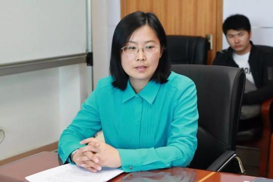 媒体采访科技局局长李莉