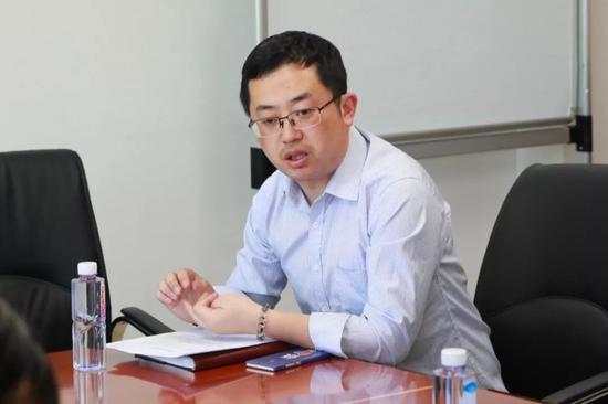 媒体采访园区行政服务中心副主任张豪浩