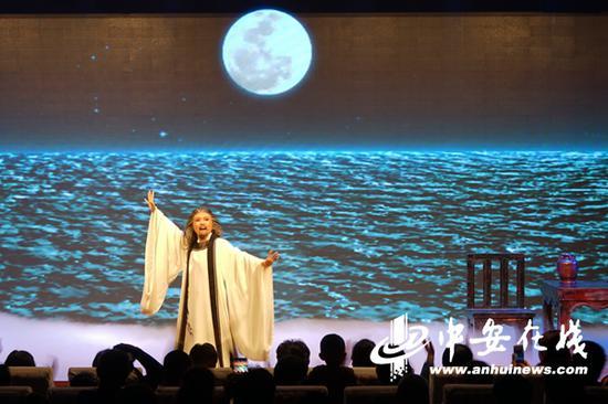 图为大型原创黄梅戏《太白醉》在含山演出情景。