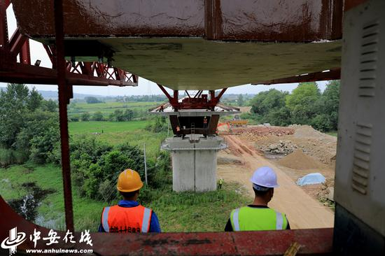 合安高铁合肥庐江县段最后一榀箱梁架设作业现场