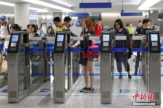 资料图:上海虹桥国际机场办理入境手续的民众。中新社记者 殷立勤 摄