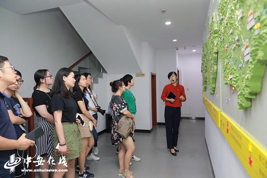 采访团一行参观中共皖南特委旧址纪念馆