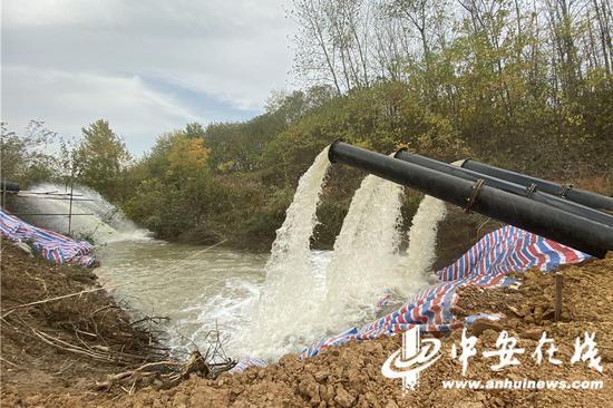 水利部门架设水泵,昼夜不停地抽水