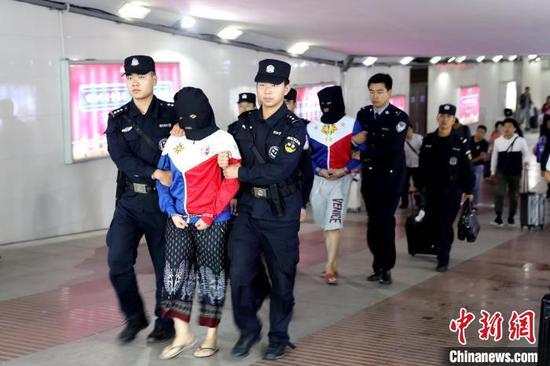 """湖北黄冈""""3·01""""网络直播平台传播淫秽物品牟利案中,警方从境外将主犯带回麻城。供图"""