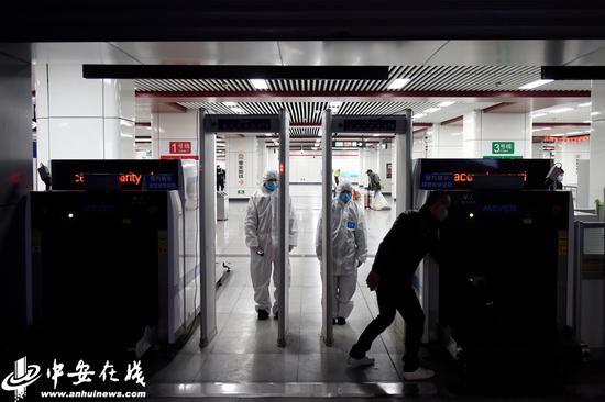 合肥地铁重要站点安检人员首次配备隔离服检测进站乘客体温