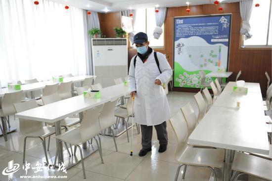 对餐厅实行实行餐前餐后消毒。