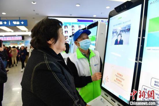 资料图:患者通过人脸识别预约系统挂号。 王广兆 摄
