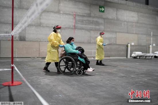 西班牙患者进入马德里会展中心方舱医院。