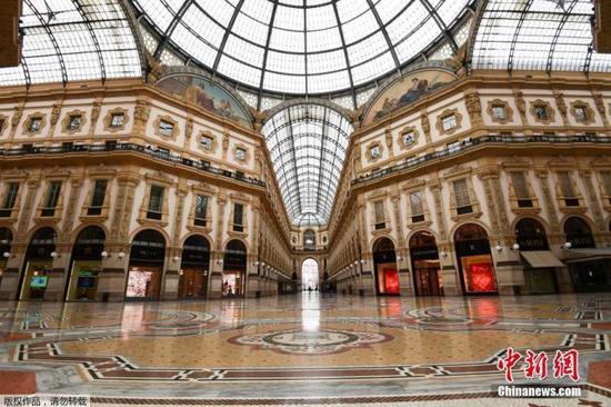当地时间3月12日,意大利米兰市中心空无一人的维托里奥・埃马努埃莱二世购物中心。