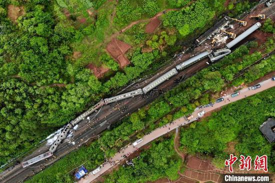 事故导致T179次列车发电车起火,第二至六截车厢脱线倾覆。 杨华峰 摄