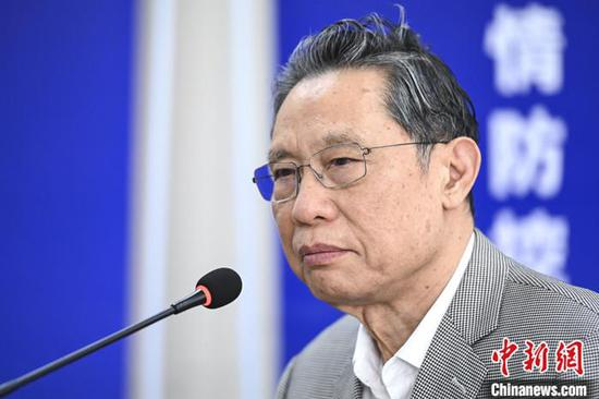 4月12日,中国工程院院士钟南山在广州市人民政府新闻办公室举办的疫情防控新闻发布会上对疫情控制、无症状感染者、疫情复发等热点问题进行回应。 中新社记者 陈骥旻 摄