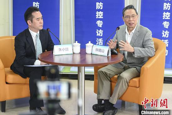 4月12日,中国工程院院士钟南山(右)在广州市人民政府新闻办公室举办的疫情防控新闻发布会上对疫情控制、无症状感染者、疫情复发等热点问题进行回应。 中新社记者 陈骥旻 摄