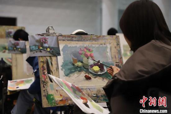 资料图:2019年11月28日,2020届宁夏艺考美术模拟联考举行。胡俊 摄