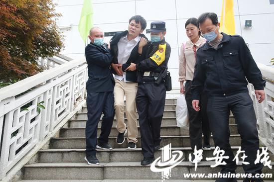 民警和综治队员一起救助结石游客