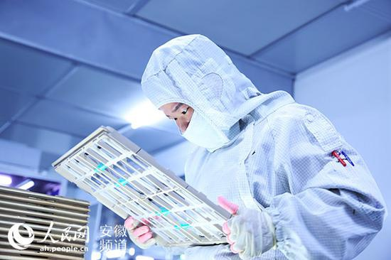 精卓光显车间,工作人员正在检验产品 陶涛摄