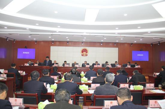 出席会议的常委会组成人员39人,符合法定人数