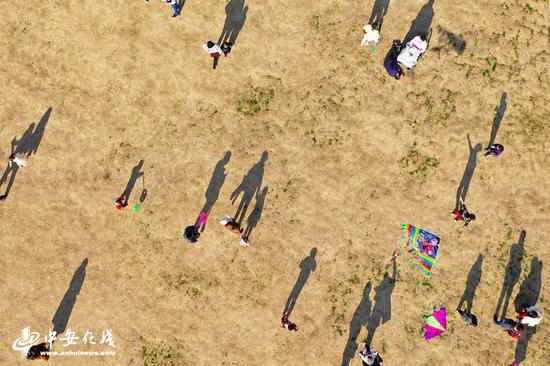 合肥杏花公园游人如织,市民纷纷走出家门享受阳光