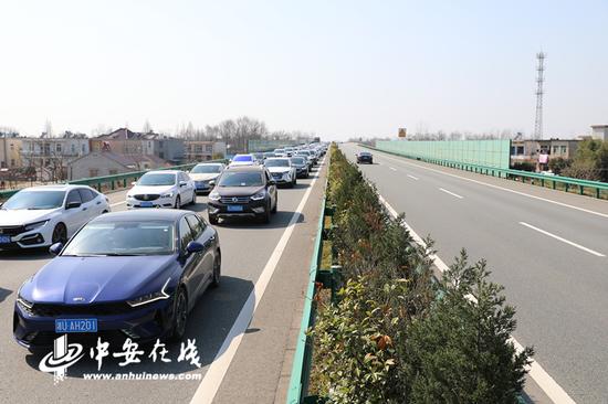 2月18日,记者在现场看到G50沪渝高速下行318+480处看到,春运返程高峰持续,往江浙方向车流量持续增大。(蔡志丹 陈屾)