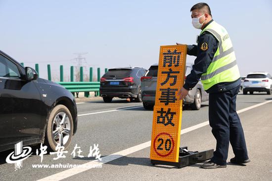 路产人员陶正楠赶赴事故处理现场后,立刻在现场摆放标志牌,并疏导车辆快速安全通行事故地点。(蔡志丹 陈屾)