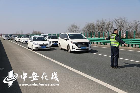 川流不息的车流中,班组成员吴傲鹏矗立在车流前,引导车辆缓慢等待,配合其他班组成员第一时间将事故车辆移至应急车道。