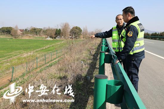 班长张普生又带领两位班组成员上路巡查路面情况。对桥梁、边坡以及隔离栅等重点领域进行巡查登记。(蔡志丹 陈屾)